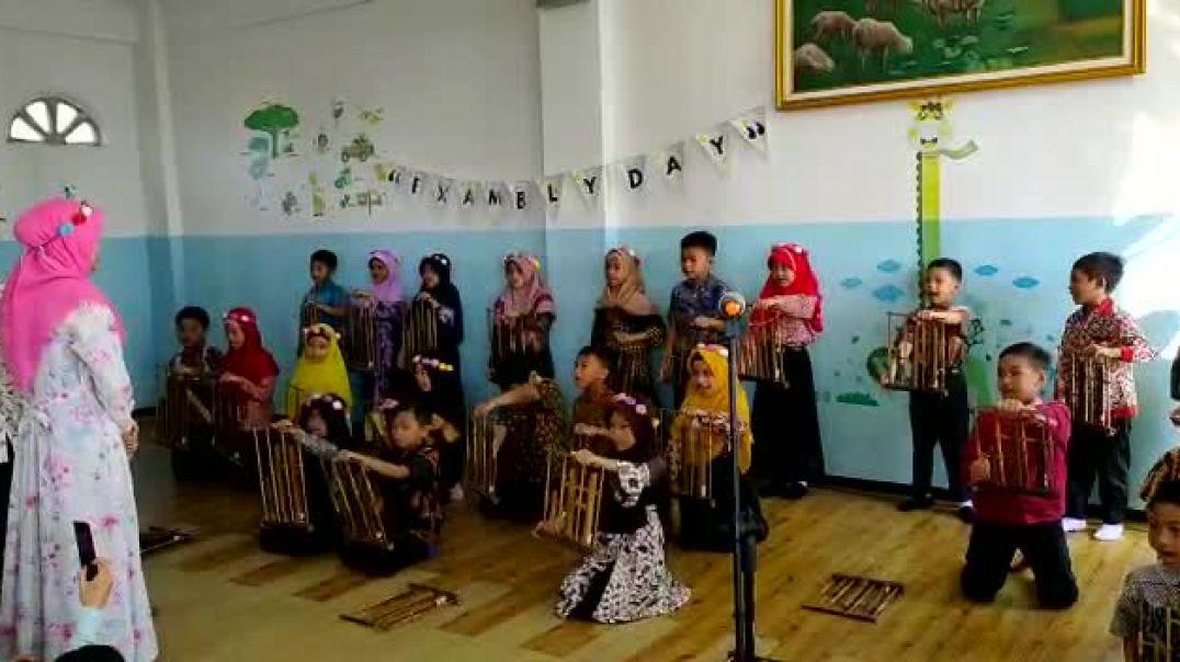 Prepare Angklung Exambly grade two SD Muslim Cendekia